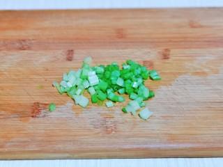 蛋黄焗玉米,香芹洗干净切丁。
