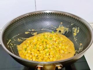 蛋黄焗玉米,再加入焯水的玉米粒,芹菜丁。