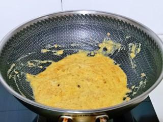 蛋黄焗玉米,小火炒至均匀。