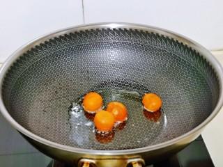 蛋黄焗玉米,起油锅,加入咸蛋黄,全程小火,用铲子切碎。