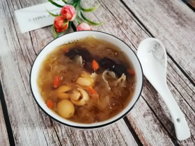 银耳莲子红枣汤