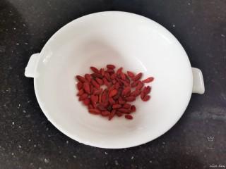 银耳莲子红枣汤,枸杞