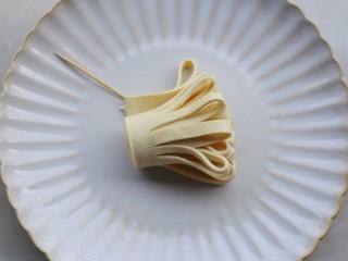 凉拌豆皮版花开富贵,从一边顺着对折齐边的地方卷起。