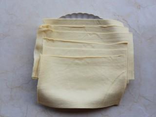 凉拌豆皮版花开富贵,处理好的两张豆腐皮叠放到一起,横切3等分,即分成6份。