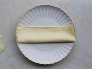 凉拌豆皮版花开富贵,取1小张,长边对折。