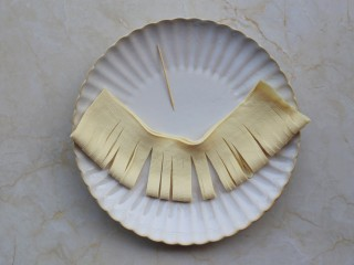 凉拌豆皮版花开富贵,用刀均匀地切成约3毫米宽的细条,顶边位置不要切断。