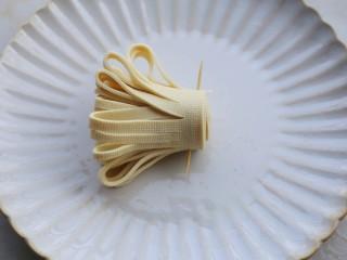 凉拌豆皮版花开富贵,卷好的根部用牙签固定。