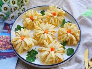 凉拌豆皮版花开富贵,盘边缘放上香菜。