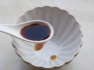 凉拌豆皮版花开富贵,调制酱汁,碗中加入适量的生抽。