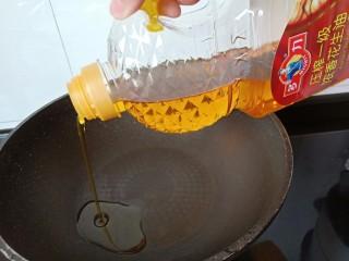 香辣八爪鱼,锅里倒入适量的油。