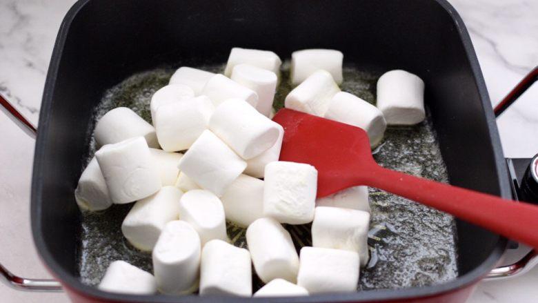 芝麻核桃糖,这个时候把棉花糖放入锅中。