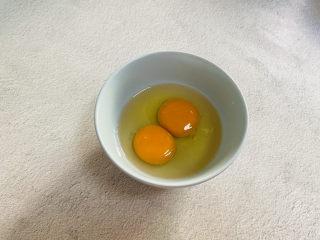 菠菜鸡蛋羹,鸡蛋打入碗中