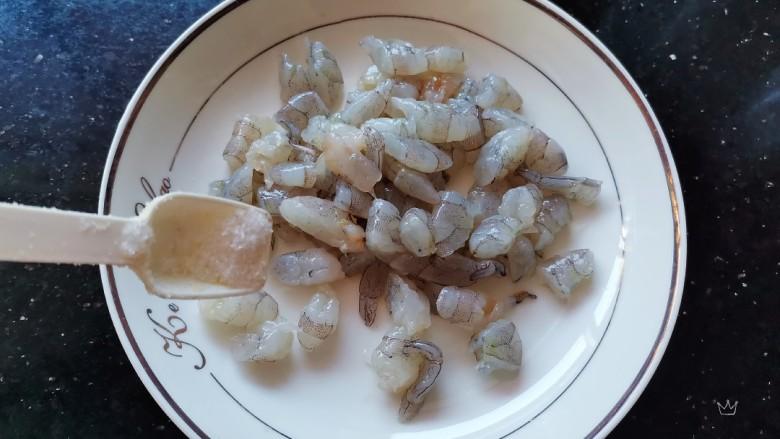 虾仁跑蛋,加入适量的盐