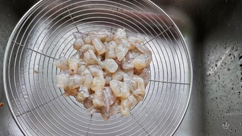 虾仁跑蛋,腌好的虾仁清洗一下,沥干水份