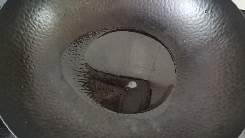 虾仁跑蛋,锅烧热加入适量的油
