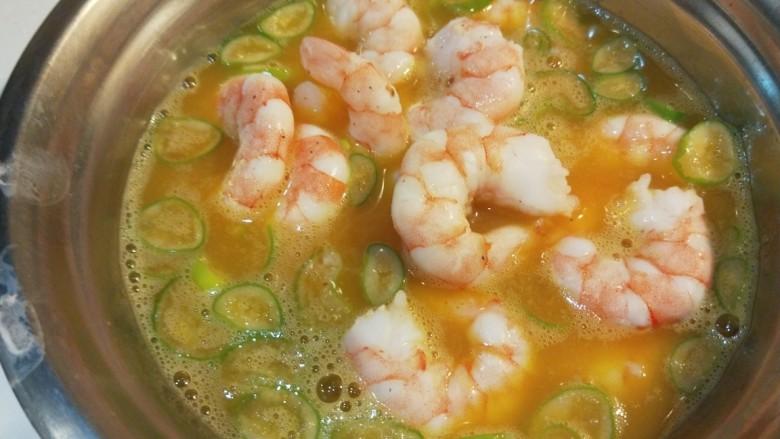 虾仁跑蛋,倒入虾仁搅拌均匀。