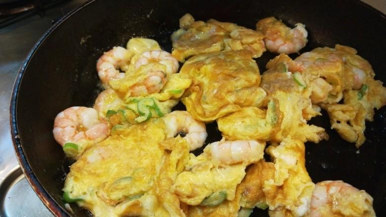 虾仁跑蛋,煎制金黄即可。