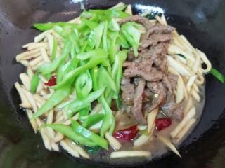 杏鲍菇炒牛肉,下入青椒和炒好的黑椒牛柳。