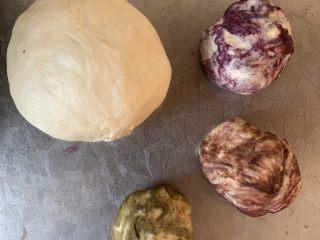 炫彩bread.,取500g面团分成1大3小的面团揉出不同色彩的面团