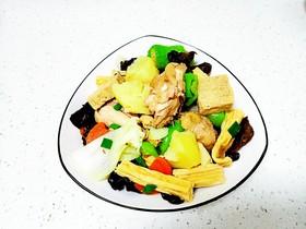 鸡肉炖香菇、土豆、木耳、腐竹、白菜