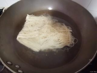 番茄牛腩面,另起锅,水烧开放入面饼烧熟