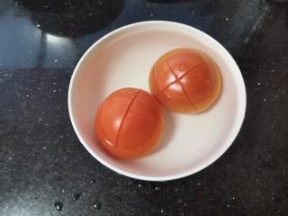 番茄牛腩面,番茄上面划开十字倒入刚烧开的水,烫去皮