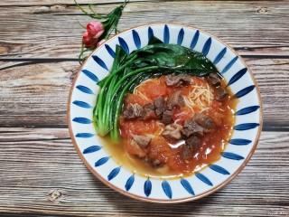 番茄牛腩面,面碗里放入菠菜,倒上汤汁,番茄牛腩面完成