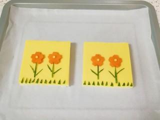 芝士面包片,摆好小花造型。