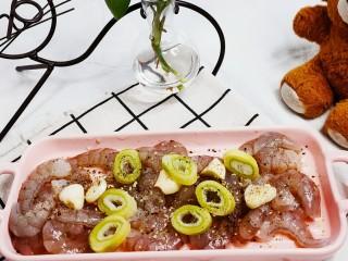蔬菜虾仁粥,放入葱段,盐,鸡精,料酒,黑胡椒粉腌制20分钟