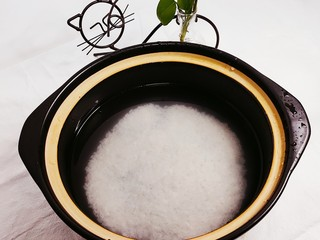 蔬菜虾仁粥,取锅,加入一小碗米,淘洗干净