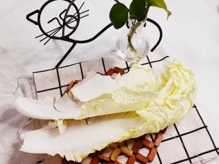 蔬菜虾仁粥,准备2片白菜叶,清洗干净