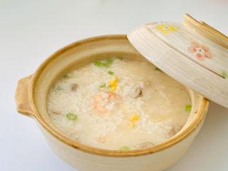 蔬菜虾仁粥,蔬菜、蛋白、谷物、菌菇营养全面。