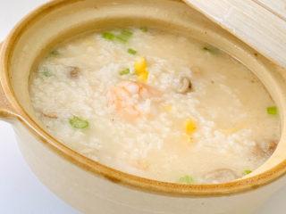 蔬菜虾仁粥,在家也可以做出这样简单又快手的一碗美味的虾仁蔬菜粥。