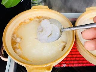蔬菜虾仁粥,米粥煮至粘稠时下入虾仁。
