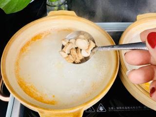蔬菜虾仁粥,下入香菇。