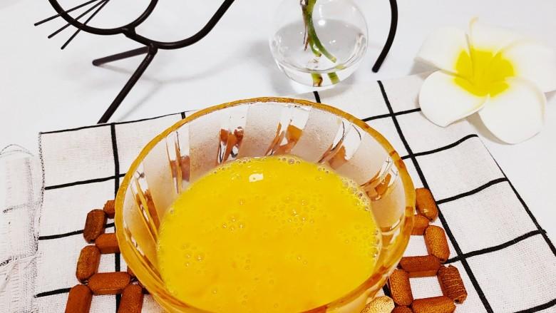 虾仁跑蛋,加入盐,鸡精搅拌均匀