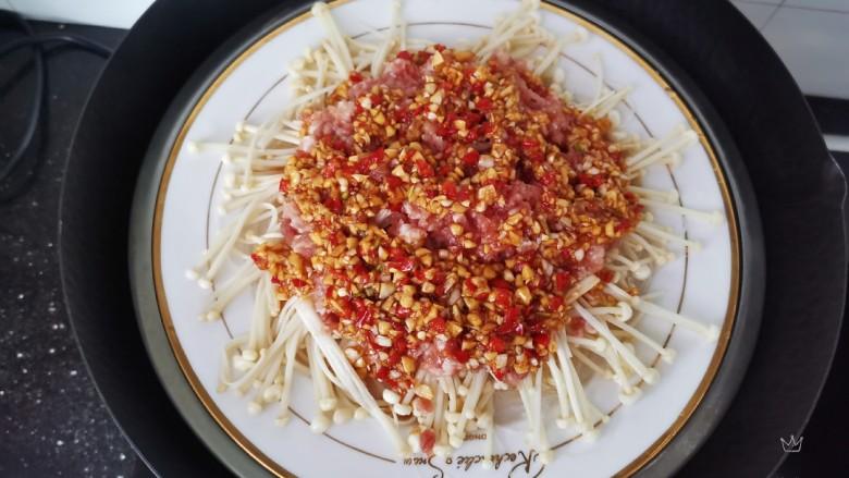 粉丝蒸金针菇,蒜蓉铺在肉末上,冷水上锅,水开蒸15分钟