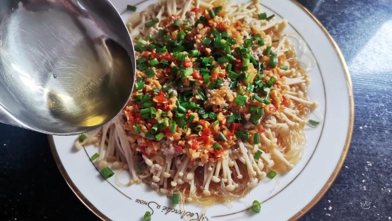 粉丝蒸金针菇,散上葱花,再次淋上热油