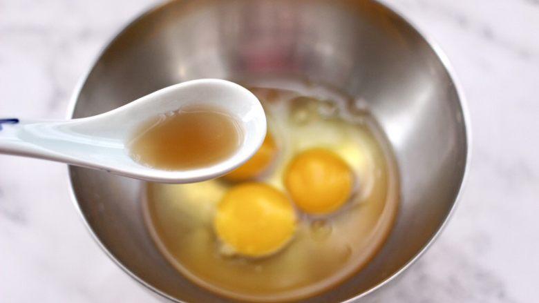 菠菜鸡蛋羹,鸡蛋打入碗中,先加入<a style='color:red;display:inline-block;' href='/shicai/ 718'>料酒</a>。