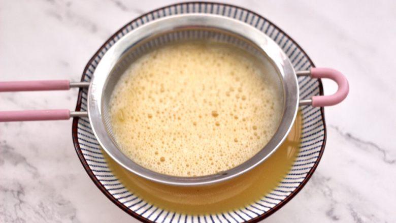 菠菜鸡蛋羹,这个时候把鸡蛋液过筛。