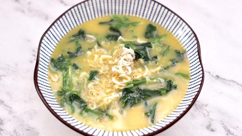 菠菜鸡蛋羹,这个时候鸡蛋液加入菠菜和多干虾皮。