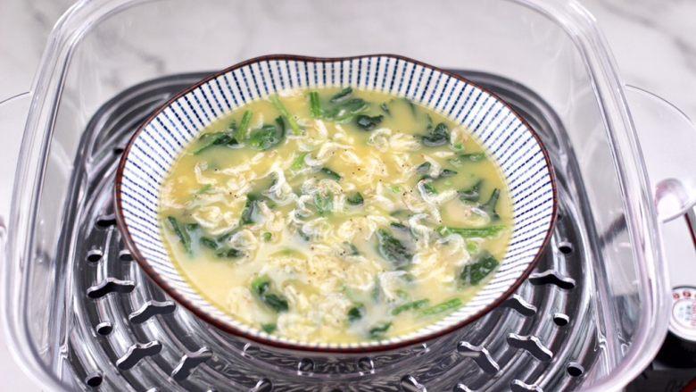 菠菜鸡蛋羹,蒸锅里倒入适量的清水烧开,把鸡蛋液放到蒸锅中。