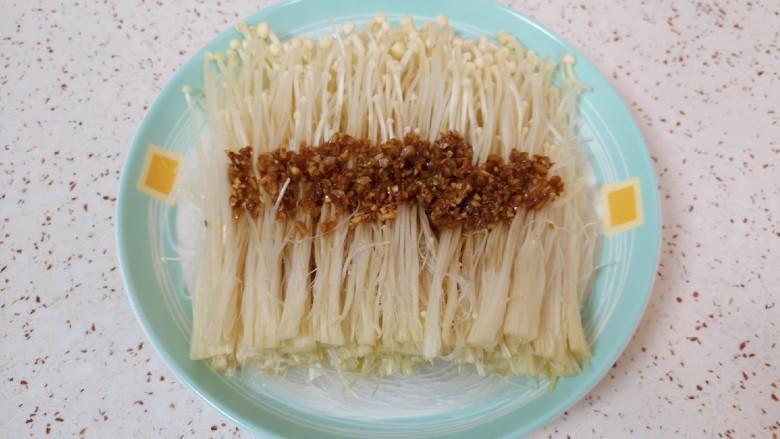 粉丝蒸金针菇,将炒好的蒜末汤汁浇在金针菇上面。