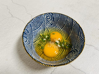 虾仁跑蛋,鸡蛋打入碗中加入少许盐、料酒、胡椒粉、葱花