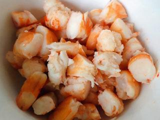 蔬菜虾仁粥,虾仁切成小块备用