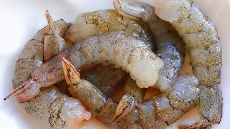 虾仁跑蛋,海虾剥去头和外壳洗净
