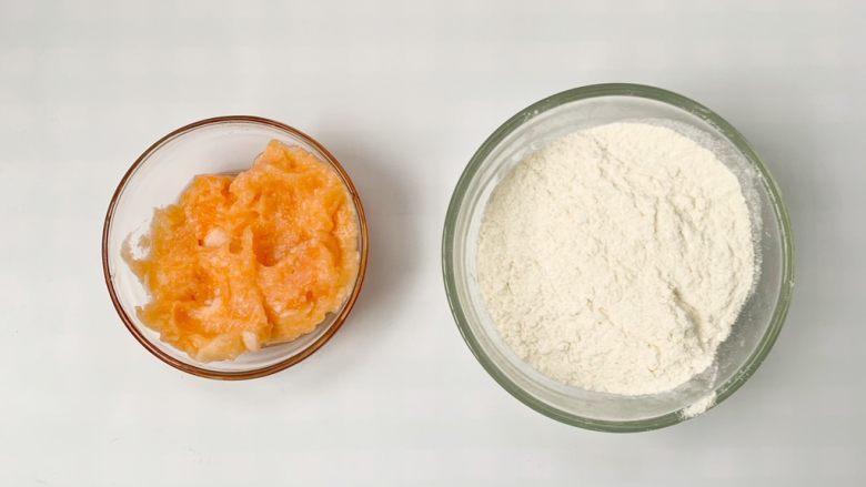 宝宝辅食小零食:胡萝山药磨牙棒,准备食材,山药胡萝卜提前蒸熟后捣成泥。