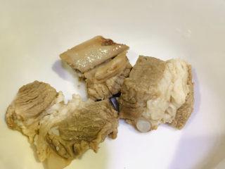 香菇排骨粥,排骨沸水捞完备用;