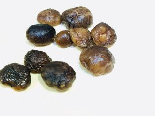 香菇排骨粥,将泡开的香菇捞出;