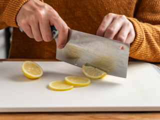 正月新年为家人做一份~暖意羊羊烤小排,把柠檬切片。